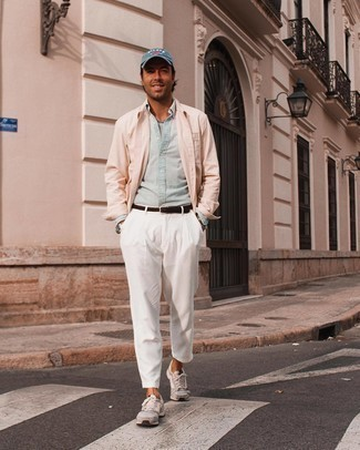 Hellblaues Chambray Langarmhemd kombinieren – 342 Herren Outfits: Paaren Sie ein hellblaues Chambray Langarmhemd mit einer weißen Chinohose für ein großartiges Wochenend-Outfit. Wenn Sie nicht durch und durch formal auftreten möchten, entscheiden Sie sich für grauen Sportschuhe.