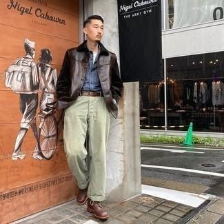 Braunen Ledergürtel kombinieren – 500+ Herren Outfits: Für ein bequemes Couch-Outfit, kombinieren Sie eine dunkelbraune Shirtjacke aus Leder mit einem braunen Ledergürtel. Heben Sie dieses Ensemble mit einer braunen Lederfreizeitstiefeln hervor.