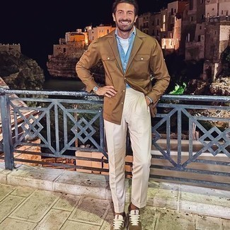 T-shirt kombinieren – 500+ Herren Outfits: Paaren Sie ein T-shirt mit einer hellbeige Anzughose, um einen eleganten, aber nicht zu festlichen Look zu kreieren. Braune Sportschuhe liefern einen wunderschönen Kontrast zu dem Rest des Looks.