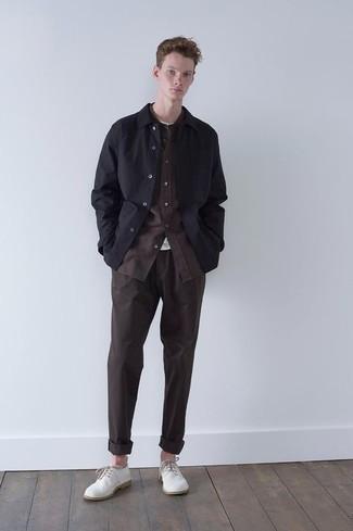 Weißes T-Shirt mit einem Rundhalsausschnitt kombinieren – 500+ Herbst Herren Outfits: Vereinigen Sie ein weißes T-Shirt mit einem Rundhalsausschnitt mit einer dunkelbraunen Chinohose für ein bequemes Outfit, das außerdem gut zusammen passt. Fühlen Sie sich ideenreich? Entscheiden Sie sich für weißen Segeltuch Derby Schuhe. Dieser Look ist super für die Übergangszeit und gefallen uns sehr gut.