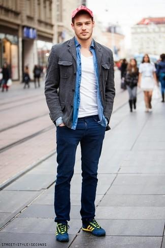Wie kombinieren: dunkelgraue Baumwollshirtjacke, blaues Chambray Langarmhemd, weißes T-Shirt mit einem V-Ausschnitt, dunkelblaue Chinohose