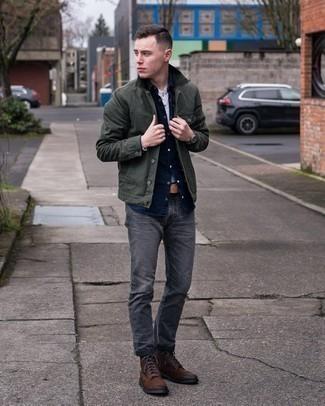 20 Jährige: Dunkelgraue Jeans kombinieren – 500+ Herren Outfits: Kombinieren Sie eine dunkelgrüne Shirtjacke mit dunkelgrauen Jeans, um einen lockeren, aber dennoch stylischen Look zu erhalten. Eine dunkelbraune Wildlederfreizeitstiefel sind eine perfekte Wahl, um dieses Outfit zu vervollständigen.