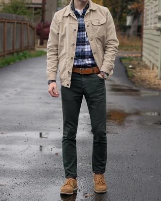 Dunkelgrüne Chinohose kombinieren – 201 Herren Outfits: Paaren Sie eine hellbeige Shirtjacke aus Cord mit einer dunkelgrünen Chinohose, um einen eleganten, aber nicht zu festlichen Look zu kreieren. Heben Sie dieses Ensemble mit braunen Wildleder Derby Schuhen hervor.
