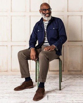 Wie kombinieren: dunkelblaue Shirtjacke, weißes und schwarzes horizontal gestreiftes Langarmshirt, braune Chinohose, dunkelbraune Chukka-Stiefel aus Wildleder