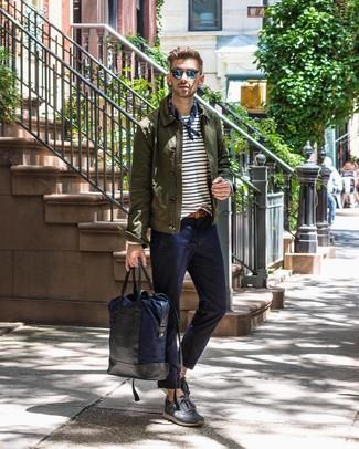 Wie kombinieren: olivgrüne Shirtjacke, weißes und dunkelblaues horizontal gestreiftes Langarmshirt, dunkelblaue Chinohose, dunkelgraue Wildleder niedrige Sneakers