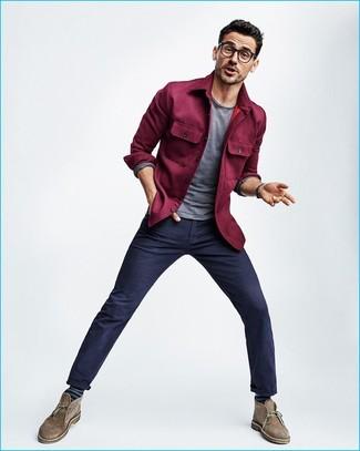Herren Outfits & Modetrends 2020: Paaren Sie eine lila Shirtjacke mit einer dunkelblauen Chinohose, um einen modischen Freizeitlook zu kreieren. Braune Chukka-Stiefel aus Wildleder fügen sich nahtlos in einer Vielzahl von Outfits ein.