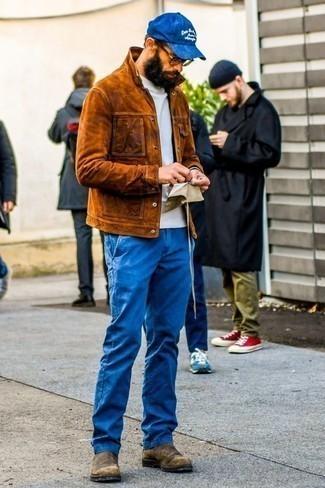 Braune Chelsea Boots aus Wildleder kombinieren: trends 2020: Entscheiden Sie sich für eine rotbraune Shirtjacke aus Wildleder und eine blaue Chinohose, wenn Sie einen gepflegten und stylischen Look wollen. Fühlen Sie sich mutig? Komplettieren Sie Ihr Outfit mit braunen Chelsea Boots aus Wildleder.
