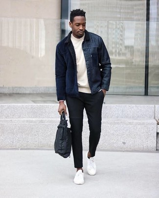 Schwarze Nylon Aktentasche kombinieren – 3 Herren Outfits: Für ein bequemes Couch-Outfit, erwägen Sie das Tragen von einer dunkelblauen Shirtjacke aus Cord und einer schwarzen Nylon Aktentasche. Fühlen Sie sich mutig? Vervollständigen Sie Ihr Outfit mit weißen Segeltuch niedrigen Sneakers.