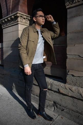 Schwarze Jeans mit Destroyed-Effekten kombinieren: trends 2020: Entscheiden Sie sich für eine beige Shirtjacke und schwarzen Jeans mit Destroyed-Effekten für einen bequemen Alltags-Look. Putzen Sie Ihr Outfit mit schwarzen Chelsea Boots aus Leder.