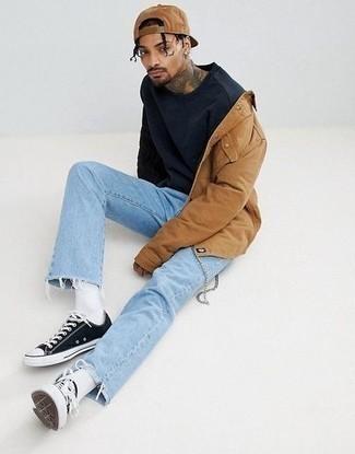 Beige Shirtjacke kombinieren – 497 Herren Outfits: Vereinigen Sie eine beige Shirtjacke mit hellblauen Jeans, um mühelos alles zu meistern, was auch immer der Tag bringen mag. Machen Sie diese Aufmachung leger mit schwarzen und weißen Segeltuch niedrigen Sneakers.