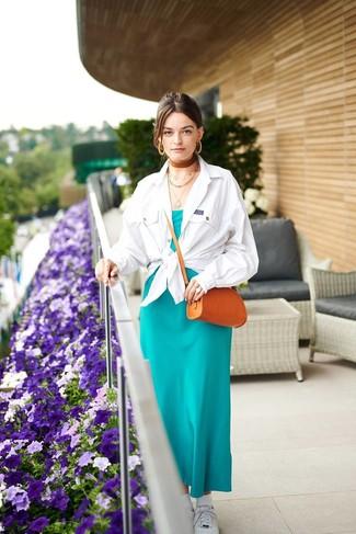 Kleid kombinieren – 500+ Damen Outfits: Die Kombination aus einem Kleid und einer weißen Shirtjacke bietet die ideale Balance zwischen legerem Tomboy-Look und modischem Aussehen. Machen Sie Ihr Outfit mit weißen niedrigen Sneakers eleganter.