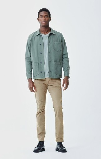 Schwarze Lederfreizeitstiefel kombinieren: trends 2020: Tragen Sie eine mintgrüne Shirtjacke und eine beige Chinohose, um einen modischen Freizeitlook zu kreieren. Eine schwarze Lederfreizeitstiefel sind eine perfekte Wahl, um dieses Outfit zu vervollständigen.