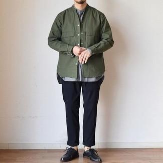 Smart-Casual warm Wetter Outfits Herren 2021: Tragen Sie eine olivgrüne Shirtjacke und eine dunkelblaue Chinohose, wenn Sie einen gepflegten und stylischen Look wollen. Schwarze Leder Derby Schuhe bringen Eleganz zu einem ansonsten schlichten Look.