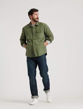 Weiße Leder niedrige Sneakers kombinieren: trends 2020: Kombinieren Sie eine olivgrüne Shirtjacke mit dunkelblauen Jeans für einen bequemen Alltags-Look. Warum kombinieren Sie Ihr Outfit für einen legereren Auftritt nicht mal mit weißen Leder niedrigen Sneakers?