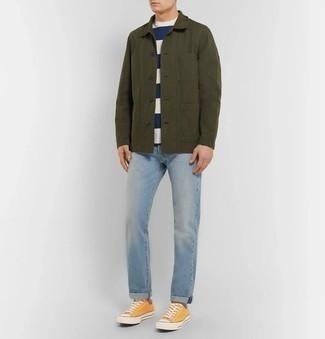 Hellblaue Jeans kombinieren – 500+ Herren Outfits: Vereinigen Sie eine olivgrüne Shirtjacke mit hellblauen Jeans für einen bequemen Alltags-Look. Fühlen Sie sich ideenreich? Wählen Sie orange Segeltuch niedrige Sneakers.