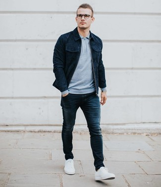 Wie kombinieren: dunkelblaue Shirtjacke aus Wildleder, hellblauer Polo Pullover, dunkelblaue enge Jeans, weiße niedrige Sneakers
