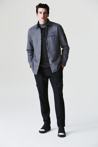 Wie kombinieren: graue Shirtjacke, schwarzer Polo Pullover, grauer Rollkragenpullover, dunkelblaue Wollcargohose