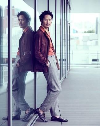 Braune Shirtjacke aus Cord kombinieren – 19 Herren Outfits: Vereinigen Sie eine braune Shirtjacke aus Cord mit einer grauen Anzughose für eine klassischen und verfeinerte Silhouette. Dieses Outfit passt hervorragend zusammen mit schwarzen Leder Slippern.