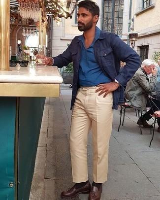 Smart-Casual Outfits Herren 2020: Kombinieren Sie eine dunkelblaue Shirtjacke mit einer hellbeige Anzughose für einen stilvollen, eleganten Look. Dunkelbraune Leder Slipper mit Quasten sind eine ideale Wahl, um dieses Outfit zu vervollständigen.