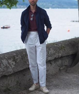 Dunkelrotes Polohemd kombinieren – 106 Herren Outfits: Kombinieren Sie ein dunkelrotes Polohemd mit einer weißen Anzughose für Ihren Bürojob. Hellbeige Leder niedrige Sneakers liefern einen wunderschönen Kontrast zu dem Rest des Looks.