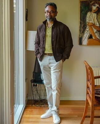 Braunen Wildledergürtel kombinieren – 74 Herren Outfits: Für ein bequemes Couch-Outfit, entscheiden Sie sich für eine dunkelbraune Shirtjacke aus Wildleder und einen braunen Wildledergürtel. Putzen Sie Ihr Outfit mit weißen Segeltuch niedrigen Sneakers.