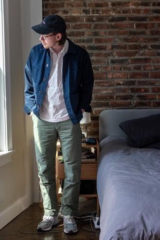 Olivgrüne Chinohose kombinieren – 500+ Herren Outfits: Kombinieren Sie eine dunkelblaue Shirtjacke mit einer olivgrünen Chinohose für Ihren Bürojob. Fühlen Sie sich mutig? Ergänzen Sie Ihr Outfit mit grauen Sportschuhen.