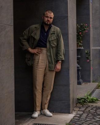 Herren Outfits 2021: Die Kombination aus einer olivgrünen Shirtjacke und einer beige Chinohose eignet sich hervorragend zum Ausgehen oder für modisch-lässige Anlässe. Suchen Sie nach leichtem Schuhwerk? Komplettieren Sie Ihr Outfit mit hellbeige Segeltuch niedrigen Sneakers für den Tag.