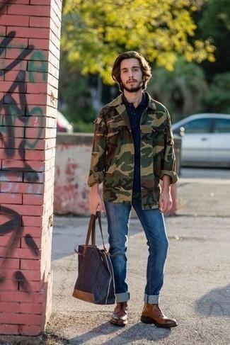 20 Jährige: Dunkelblaue Shopper Tasche aus Segeltuch kombinieren: trends 2020: Eine olivgrüne Camouflage Shirtjacke und eine dunkelblaue Shopper Tasche aus Segeltuch sind eine kluge Outfit-Formel für Ihre Sammlung. Eine braune Lederfreizeitstiefel bringen Eleganz zu einem ansonsten schlichten Look.