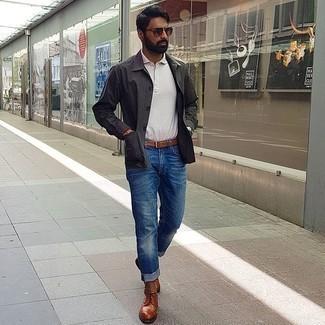 Smart-Casual Outfits Herren 2020: Entscheiden Sie sich für eine dunkelgraue Shirtjacke und ein weißes Polohemd für einen bequemen Alltags-Look.