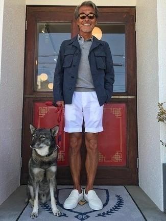 Weiße Slip-On Sneakers aus Segeltuch kombinieren – 54 Herren Outfits: Paaren Sie eine dunkelblaue Shirtjacke mit weißen Shorts für einen bequemen Alltags-Look. Vervollständigen Sie Ihr Look mit weißen Slip-On Sneakers aus Segeltuch.