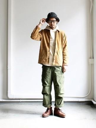 Weißen Pullover mit einem Kapuze kombinieren: trends 2020: Für ein bequemes Couch-Outfit, kombinieren Sie einen weißen Pullover mit einem Kapuze mit einer olivgrünen Cargohose. Heben Sie dieses Ensemble mit einer braunen Lederfreizeitstiefeln hervor.