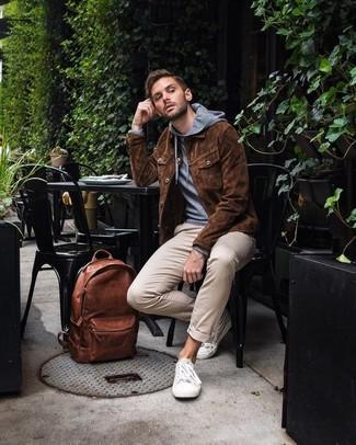 Wie kombinieren: braune Shirtjacke aus Wildleder, grauer Pullover mit einem Kapuze, hellbeige Chinohose, weiße niedrige Sneakers