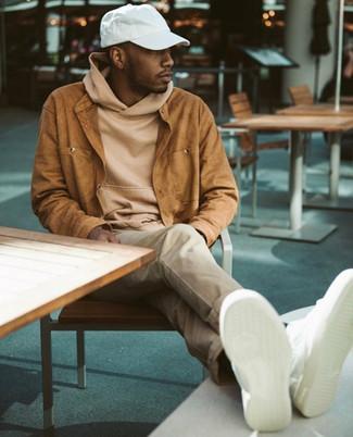 Wie kombinieren: rotbraune Wildledershirtjacke, beige Pullover mit einem Kapuze, hellbeige Chinohose, weiße Leder niedrige Sneakers