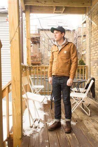 Herren Outfits & Modetrends 2020: Kombinieren Sie eine beige Shirtjacke mit dunkelgrauen Jeans für ein großartiges Wochenend-Outfit. Eine braune Lederfreizeitstiefel sind eine perfekte Wahl, um dieses Outfit zu vervollständigen.