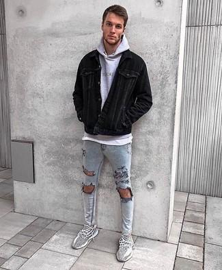 Wie kombinieren: schwarze Kordshirtjacke, grauer Pullover mit einem Kapuze, weißes T-Shirt mit einem Rundhalsausschnitt, graue enge Jeans mit Destroyed-Effekten