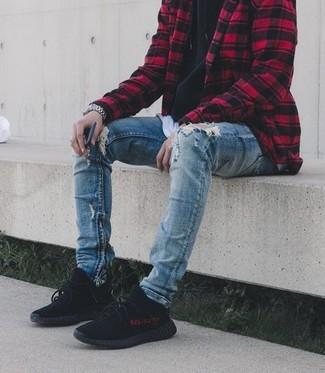 Wie kombinieren: rote und schwarze Shirtjacke mit Karomuster, schwarzer Pullover mit einem Kapuze, weißes T-Shirt mit einem Rundhalsausschnitt, blaue enge Jeans mit Destroyed-Effekten