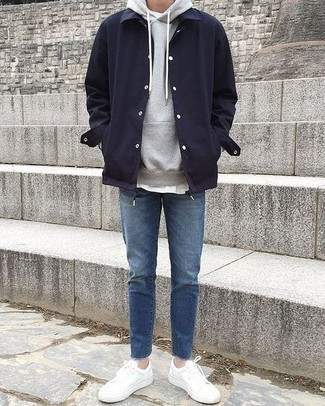 Weiße Leder niedrige Sneakers kombinieren für Herbst: trends 2020: Paaren Sie eine dunkelblaue Shirtjacke mit blauen Jeans für ein bequemes Outfit, das außerdem gut zusammen passt. Wenn Sie nicht durch und durch formal auftreten möchten, wählen Sie weißen Leder niedrige Sneakers. Dieser Look ist sehr gut für die Übergangszeit geeignet.
