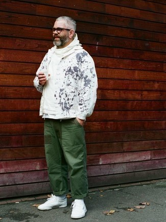 Weißen Pullover mit einem Kapuze kombinieren: trends 2020: Kombinieren Sie einen weißen Pullover mit einem Kapuze mit einer dunkelgrünen Chinohose für ein großartiges Wochenend-Outfit. Weiße Segeltuch niedrige Sneakers fügen sich nahtlos in einer Vielzahl von Outfits ein.