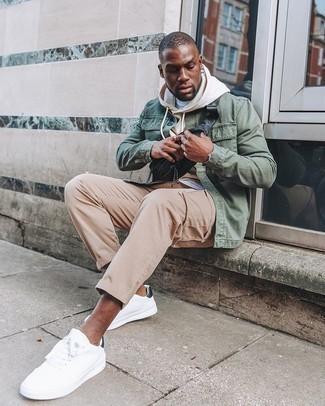 Hellbeige Pullover mit einem Kapuze kombinieren – 92 Herren Outfits: Entscheiden Sie sich für einen hellbeige Pullover mit einem Kapuze und eine beige Chinohose, um einen lockeren, aber dennoch stylischen Look zu erhalten. Weiße und schwarze Segeltuch niedrige Sneakers sind eine kluge Wahl, um dieses Outfit zu vervollständigen.