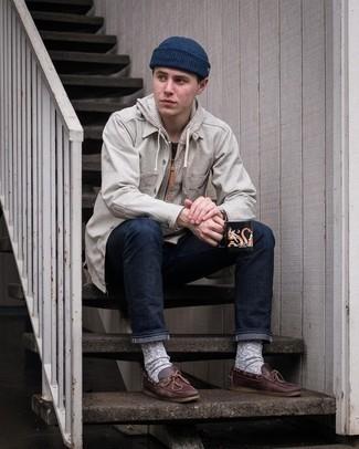 Dunkelbraune Leder Bootsschuhe kombinieren – 213 Herren Outfits: Kombinieren Sie eine graue Shirtjacke mit dunkelblauen Jeans, um mühelos alles zu meistern, was auch immer der Tag bringen mag. Dunkelbraune Leder Bootsschuhe sind eine großartige Wahl, um dieses Outfit zu vervollständigen.