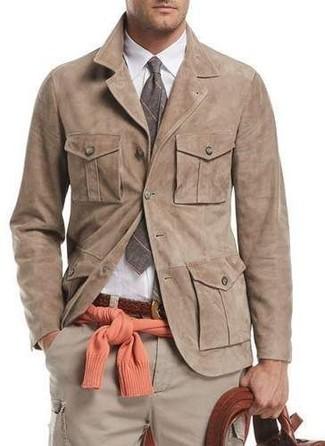 Wie kombinieren: beige Wildledershirtjacke, orange Pullover mit einem Rundhalsausschnitt, weißes Businesshemd, hellbeige Cargohose