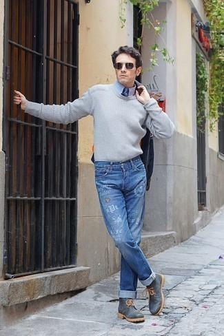Blaue bedruckte Jeans kombinieren – 12 Herren Outfits: Kombinieren Sie eine dunkelblaue Shirtjacke mit blauen bedruckten Jeans für ein großartiges Wochenend-Outfit. Wenn Sie nicht durch und durch formal auftreten möchten, entscheiden Sie sich für dunkelgrauen Lederarbeitsstiefel.