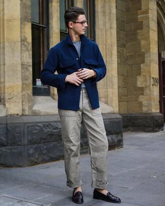Wie kombinieren: dunkelblaue Wollshirtjacke, hellblauer Pullover mit einem Rundhalsausschnitt, graue Cargohose, dunkellila Leder Slipper