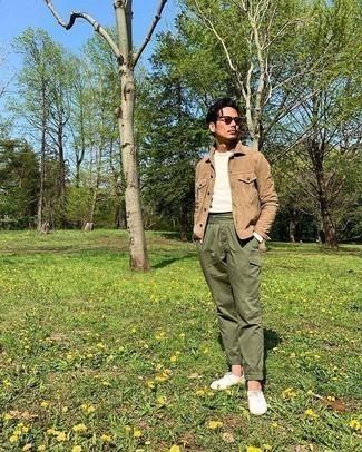 Beige Shirtjacke aus Wildleder kombinieren: trends 2020: Paaren Sie eine beige Shirtjacke aus Wildleder mit einer olivgrünen Cargohose, um mühelos alles zu meistern, was auch immer der Tag bringen mag. Suchen Sie nach leichtem Schuhwerk? Wählen Sie weißen Segeltuch niedrige Sneakers für den Tag.