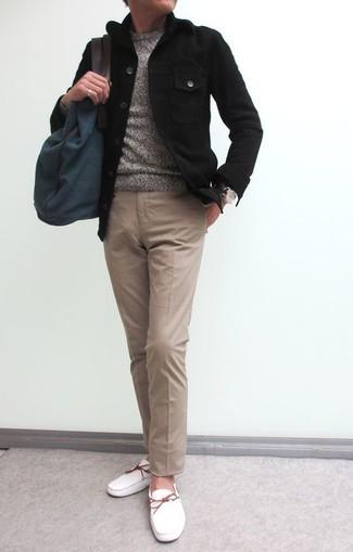 Wie kombinieren: schwarze Shirtjacke, grauer Pullover mit einem Rundhalsausschnitt, beige Chinohose, weiße Leder Bootsschuhe