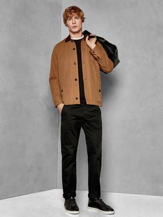 Wie kombinieren: braune Shirtjacke, schwarzer Pullover mit einem Rundhalsausschnitt, schwarze Chinohose, schwarze Leder niedrige Sneakers