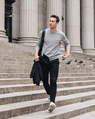 Wie kombinieren: schwarze Shirtjacke, grauer Pullover mit einem Rundhalsausschnitt, schwarze Chinohose, graue niedrige Sneakers