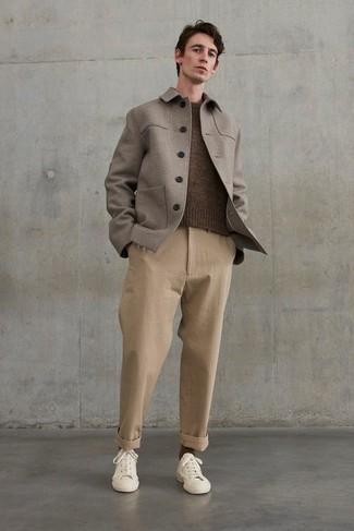 Braunen Pullover mit einem Rundhalsausschnitt kombinieren – 143 Herren Outfits: Kombinieren Sie einen braunen Pullover mit einem Rundhalsausschnitt mit einer beige Chinohose für ein Alltagsoutfit, das Charakter und Persönlichkeit ausstrahlt. Wenn Sie nicht durch und durch formal auftreten möchten, ergänzen Sie Ihr Outfit mit hellbeige Segeltuch niedrigen Sneakers.