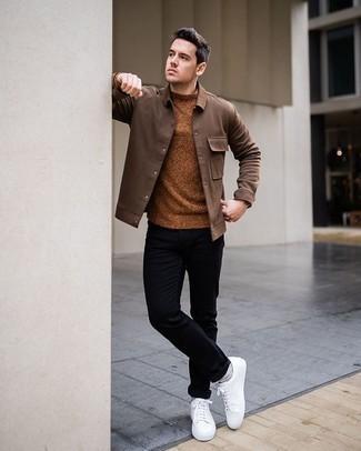 Schwarze Chinohose kombinieren – 500+ Herren Outfits: Erwägen Sie das Tragen von einer braunen Shirtjacke und einer schwarzen Chinohose für Drinks nach der Arbeit. Weiße Segeltuch niedrige Sneakers verleihen einem klassischen Look eine neue Dimension.