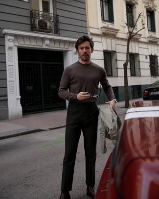 Schwarze Chinohose kombinieren – 500+ Herren Outfits: Tragen Sie eine hellbeige Shirtjacke und eine schwarze Chinohose, um einen eleganten, aber nicht zu festlichen Look zu kreieren. Fühlen Sie sich ideenreich? Ergänzen Sie Ihr Outfit mit dunkelroten Chelsea Boots aus Leder.